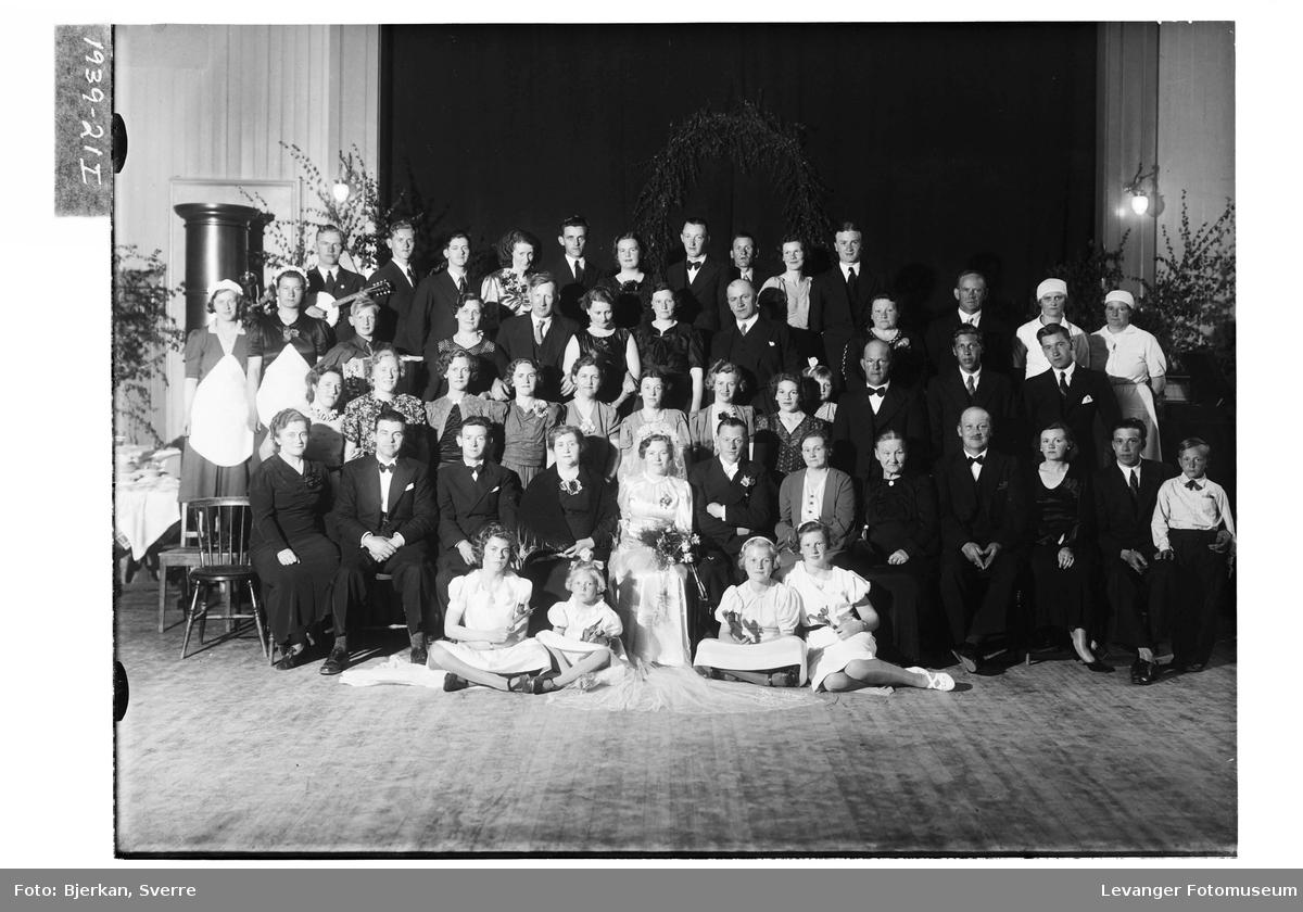 Gunnar Gundersen med brud og gjester i Festiviteten i Levanger