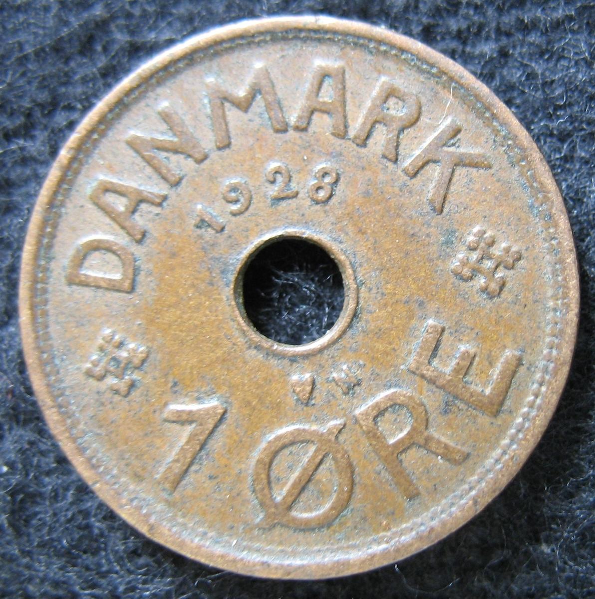 Mynt. Kristian X, 1 öre från 1928. Koppar.  Myntet är funnet tillsammans med 27-506-27 529 hittats i golvet på apoteket i Billingsfors. Föremålen är skänkta av Bo Pedersen 3/2 1988.