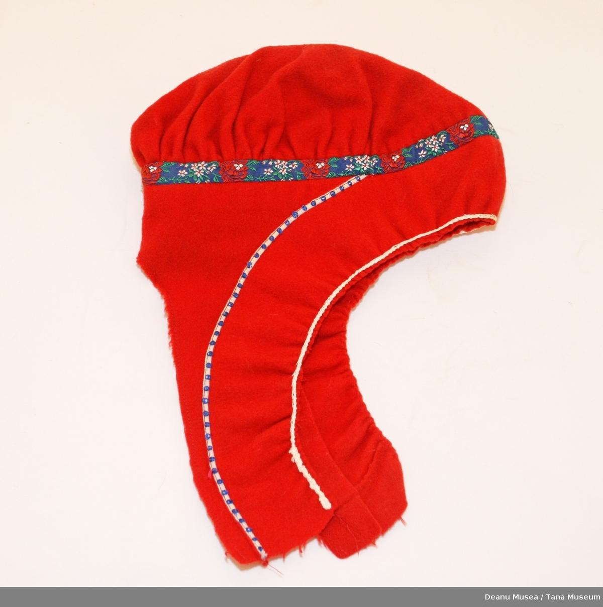 Kvinnelue til Polmakkofte med mønsterbånd i vevd silke.