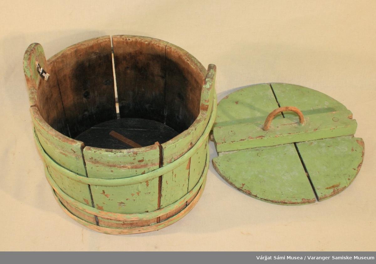 Treambar med lokk, malt lys grønn. Ambaren består av staver som holdes sammen av to ringer av einer og har to håndtak, det ene av disse er gjennomhullet. Rundt lokk med håndtak av einer. Håndtaket på lokket er av einer.