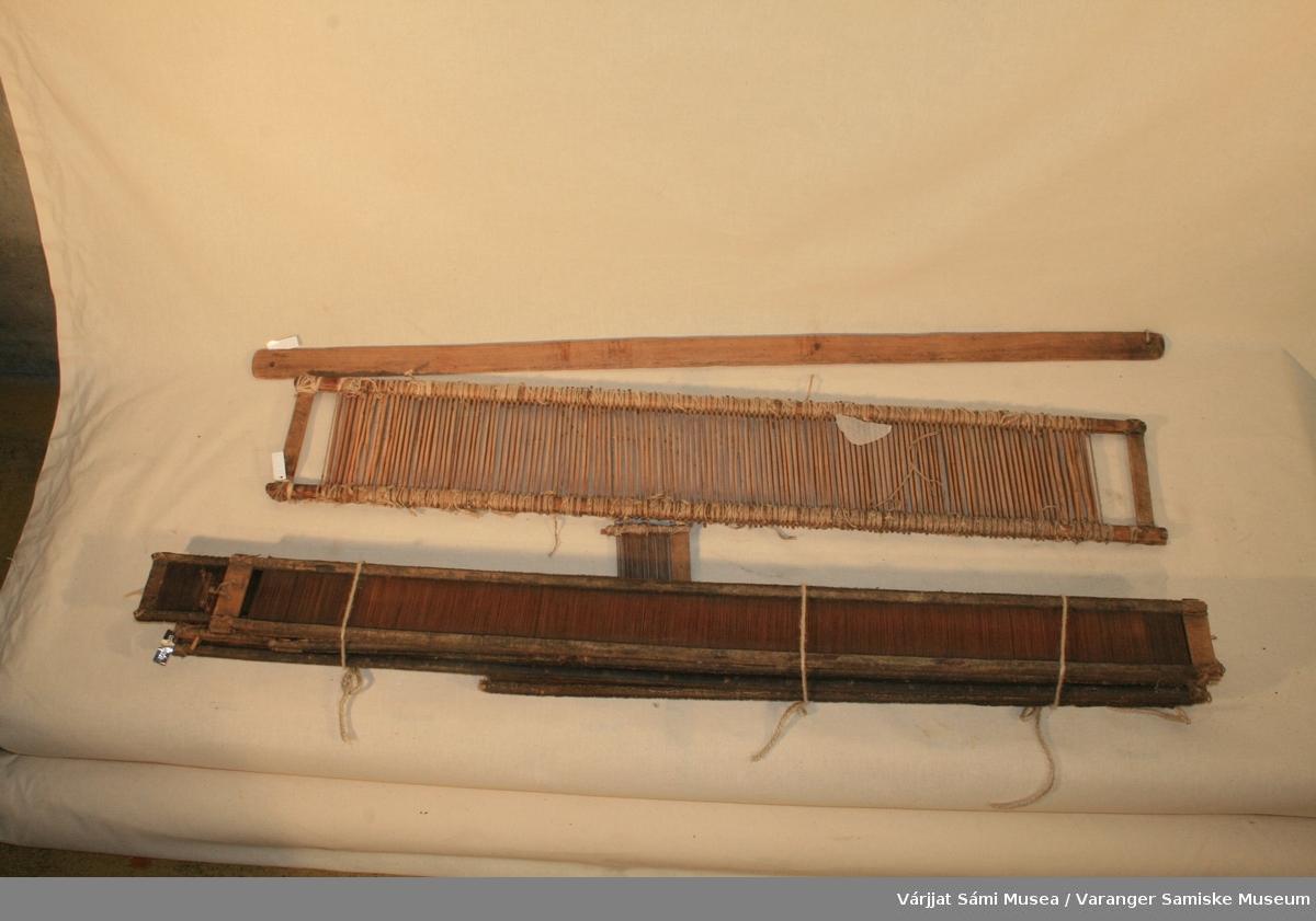 """Deler av flatvev: 1 kontramars 7 vevskjeer 1 vevbom  Vevskjeen er av bambus og tre. På en av skjeene står """"OA 14"""" En av skjeeene er merkbart grovere enn de seks andre."""