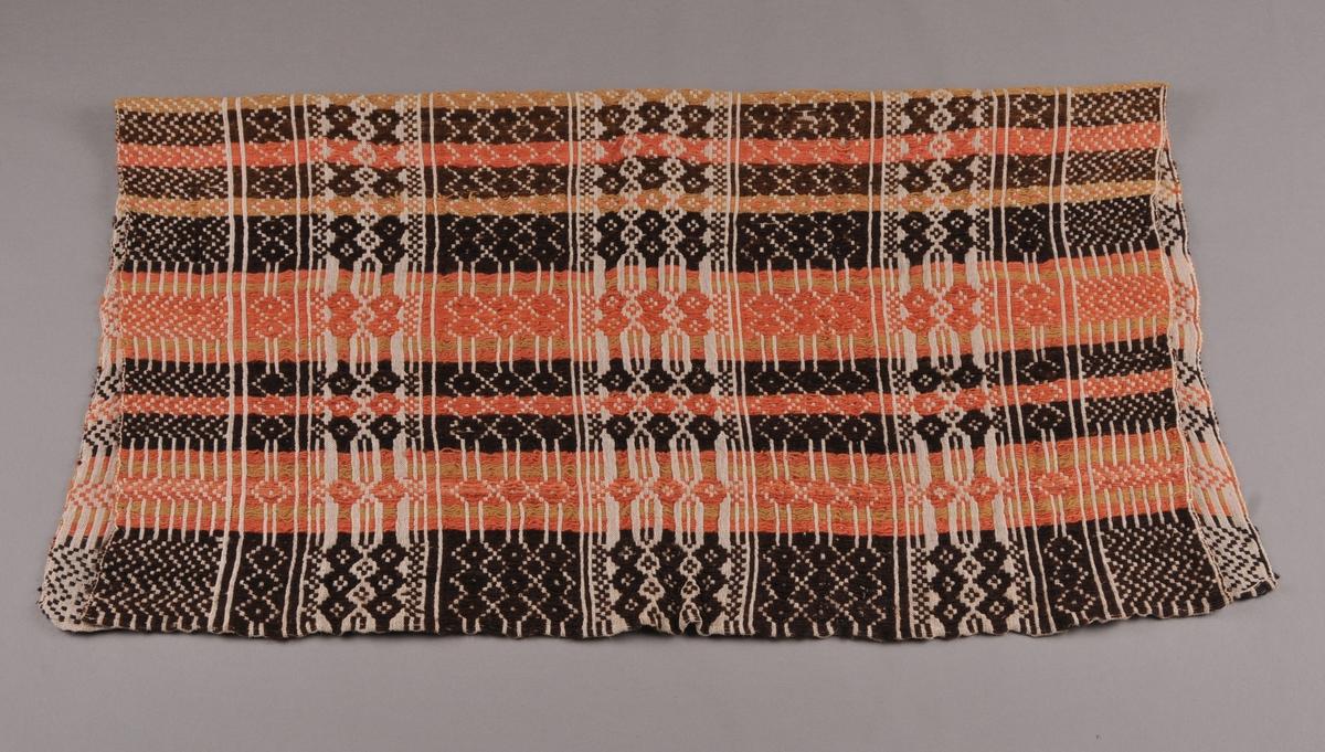 Teppe i skilbragdsteknikk. Mønsterrapportar i ulike bredder og fargar.