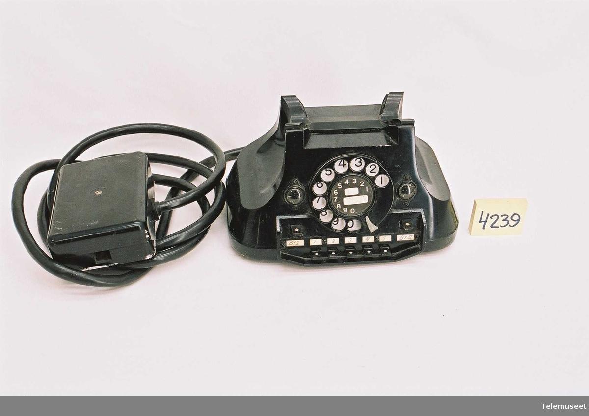 626 AT,med normalskive,med koplingsboks Type: OTA 6.10 - serietelefon med 2 bylinjetaster, 2 blinkere og 5 ringetaster   For 2 bylinjer og 5 apparater