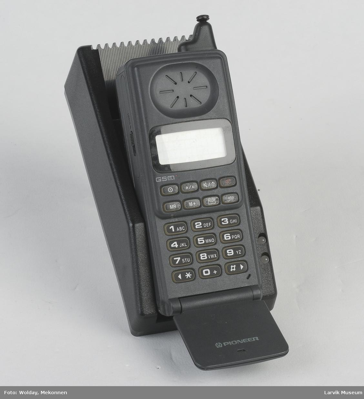 En Pioneer mobiltelefon i ladestasjon