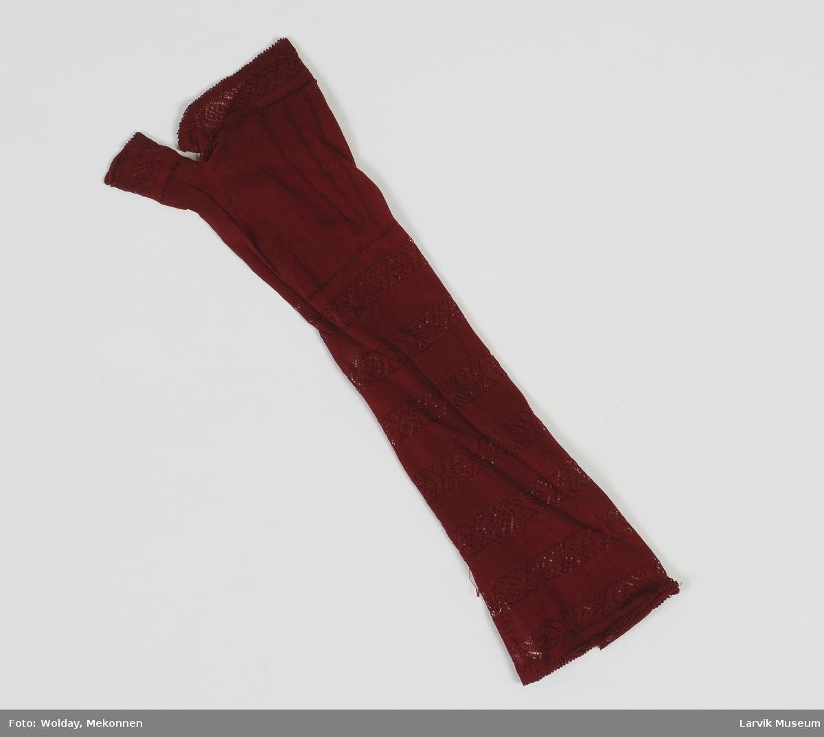 Form: Halv lang strikket hanske  uten fingre. Bare eget hull til tommelen, resten i samme hull.