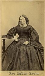"Text på kortets baksida: ""Fru Malin Bruhn, f. Gyllich""."