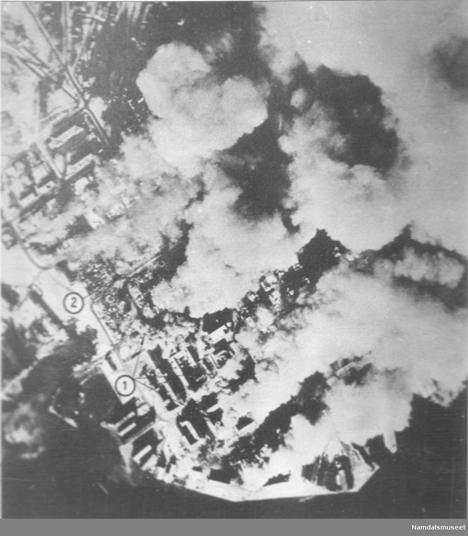 Bybilde, Namsos. April 1940. Byen brenner. Etter Tysk flyfoto.