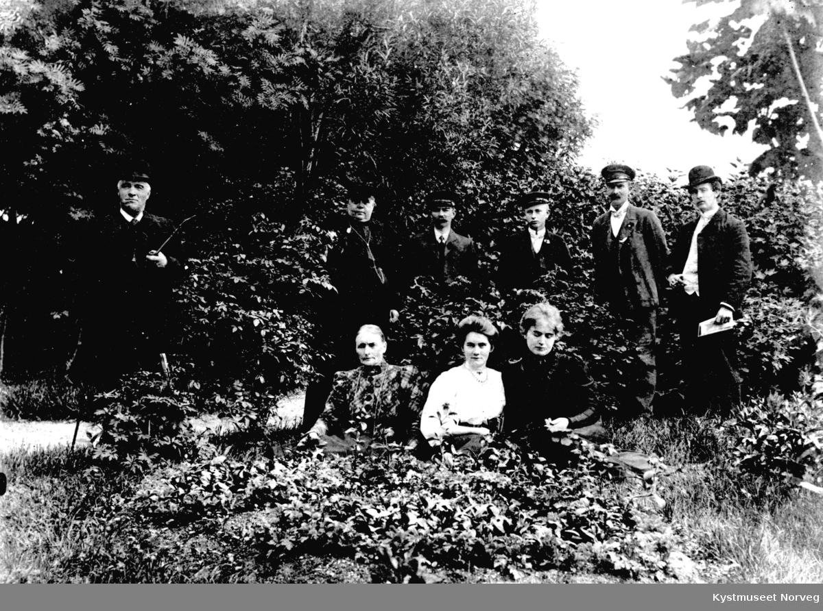 Bak fra venstre: Kjøpmann Johan og kona Betzy Berg, Michal Klette, Hans Klette, Johan Aanvik og Jens Woxeng. Foran fra venstre: Sofie Ottesen, Hanna Moe Evensen og Emma Hansen i Berggårdshagen