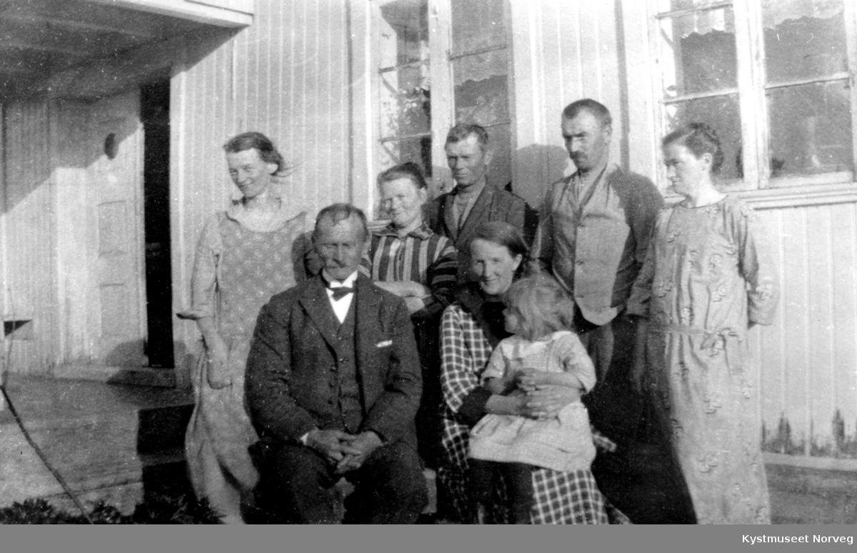 Henrik og Oline Gåsvær står fra venstre, de andre er ukjente familiemedlemmer