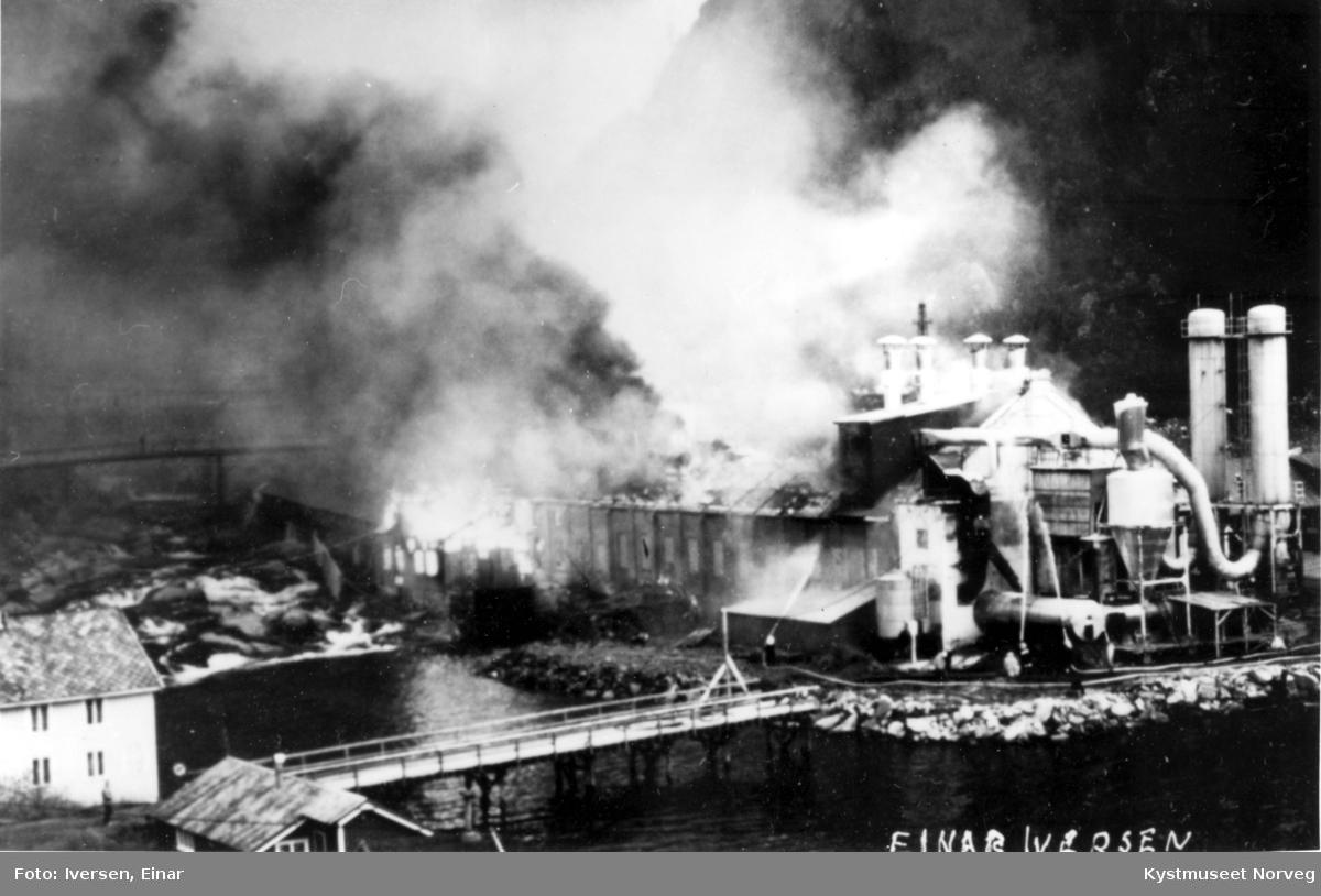 Tresliperiet på Salsbruket står i brann
