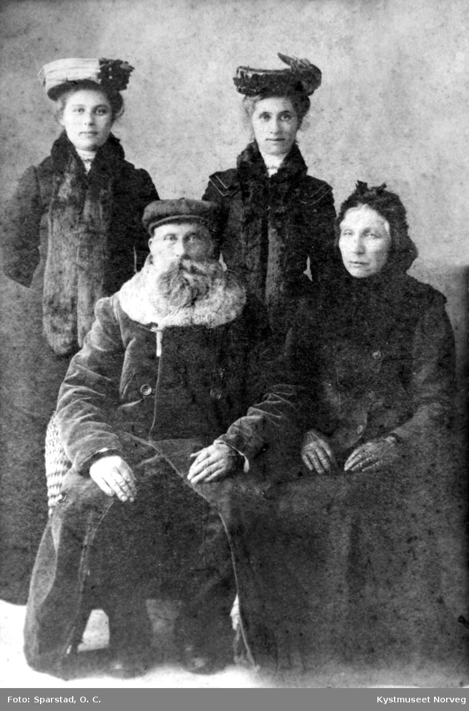 Katrine Evensen, to av døtrene og far i huset