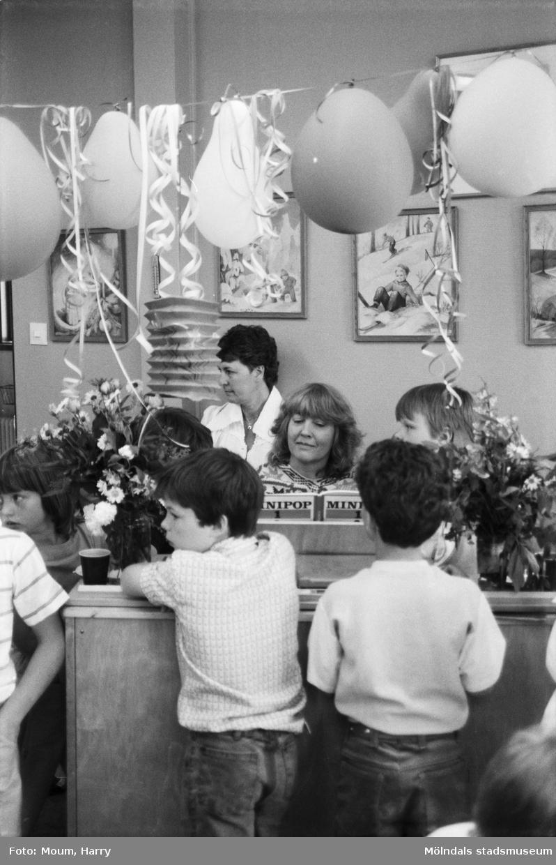 Skolavslutning på Hällesåkersskolan i Lindome, år 1984.  För mer information om bilden se under tilläggsinformation.