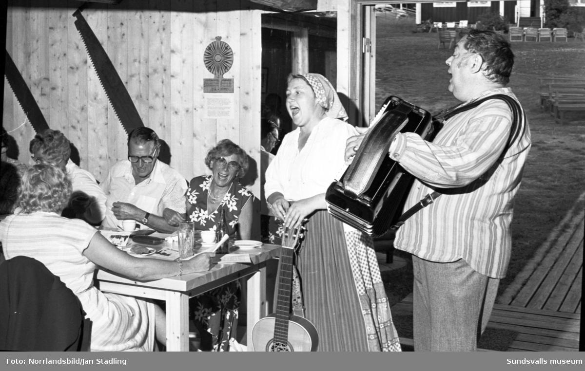 Ulla och Almer Ullberg underhåller på Alnö hembygdsgård.