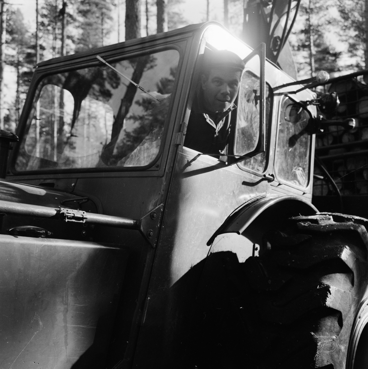 Skogstraktor vid Odenslätt, Tolfta socken, Uppland oktober