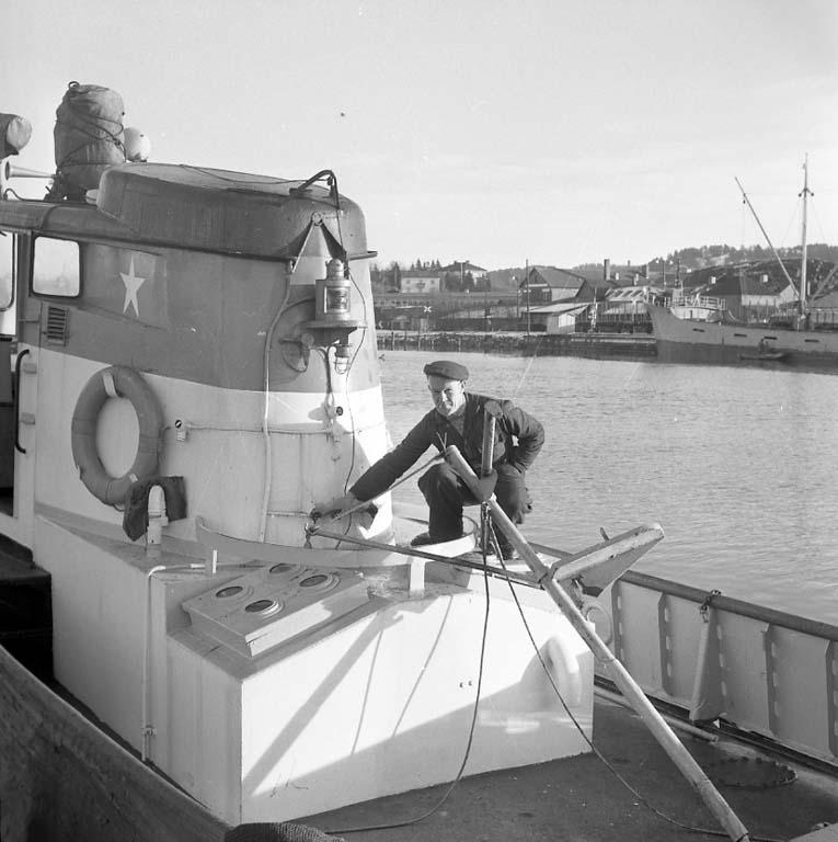 """Enligt notering: """"Bogserbåt nära kantra vid uddevallavarvet 13/1 1961""""."""