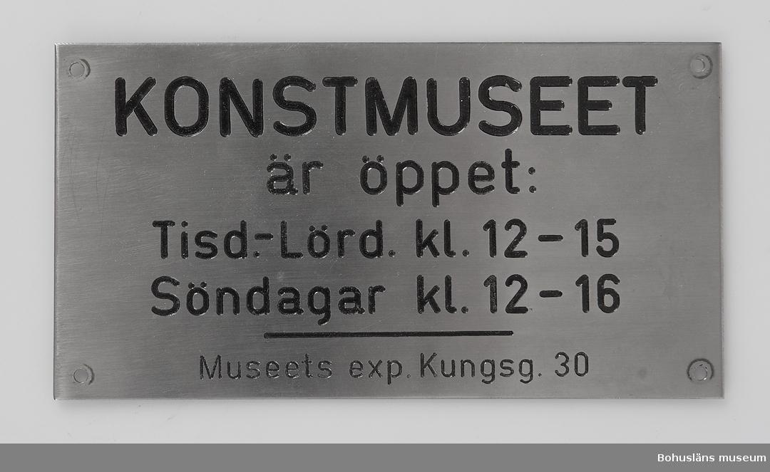 Skylt från Konstmuseet i Uddevalla med texten: KONSTMUSEET är öppet Tisd - Lörd kl. 1 2-15. S Söndagar kl. 12 -16.  Museets exp. Kungsg. 30. Kulturhistoriska museet inrymdes på Kungsgatan 30 medan museets konstsamlingar inrymdes i det s.k. Karl XII-huset eller Hasselbackshuset vid  torget 1961 sedan stadsbiblioteket flyttad ut. 1977 tvangs museet stänga museet Kungsgatan 30 för att få plats med kontor och ateljé och man visade då konst på övervåningen och tillfälliga kulturhistoriska ut ställningar på bottenvåningen. Namnet ändrades då till Museihallen. Denna stängdes 16 januari 1983 och fungerade sedan som magasin vid över flyttning till nya Länsmuseet.