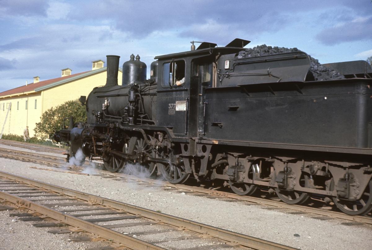 Skifting med godstog på Kirkenær stasjon på Solørbanen. Damplokomotiv type 21c nr. 377.