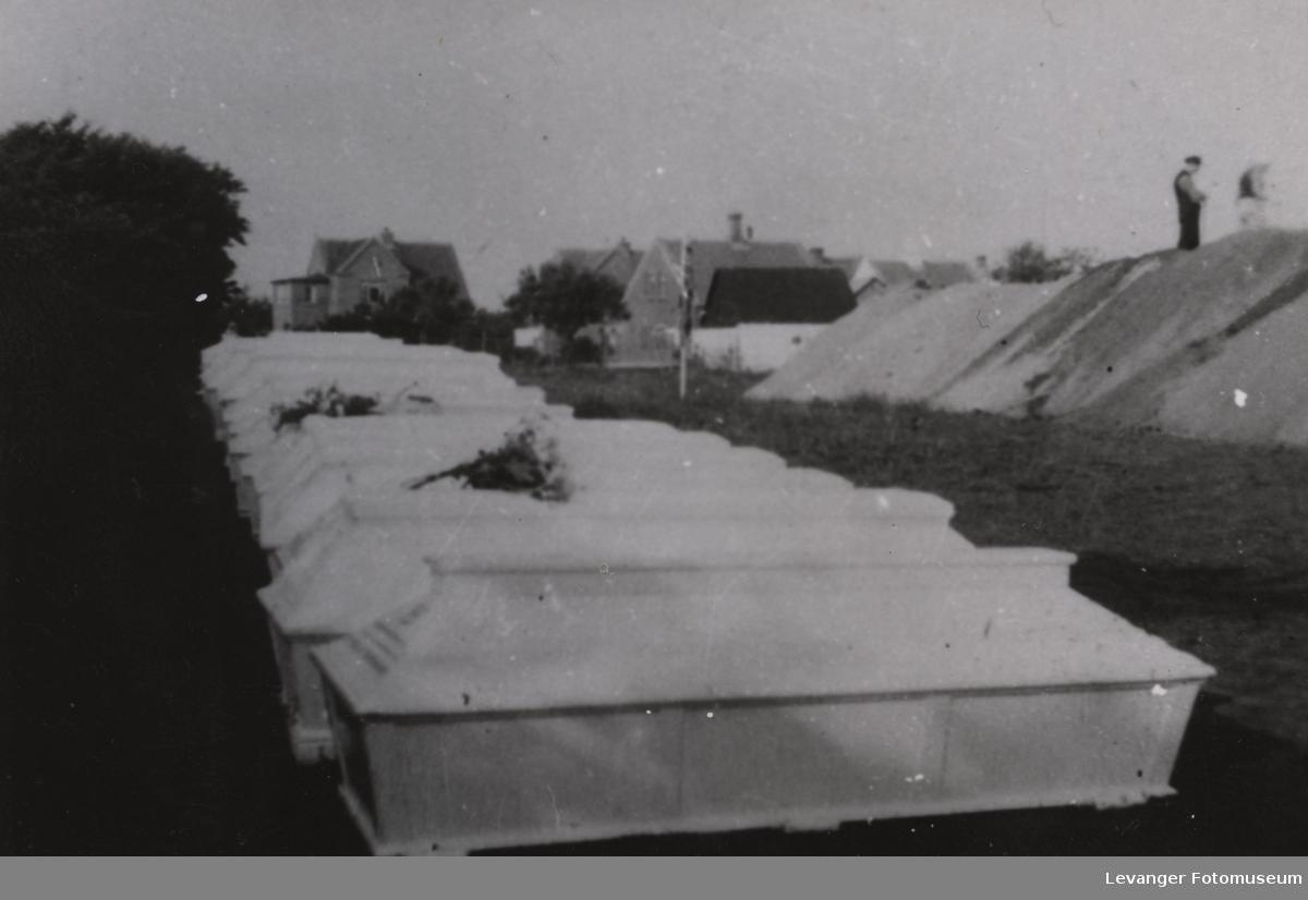 Massebegravelse av ofrene fra det tyske transportkipet Pioner som ble torpedert av den britiske u-båten Sturgeon  2.9.1940.