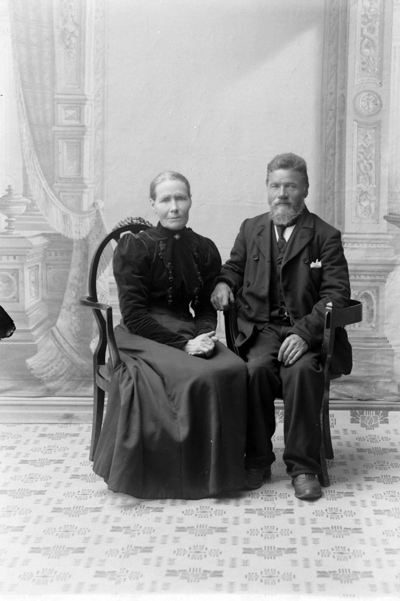 Studioportrett i helfigur av Marit Gundersdatter og Peder Olsen.