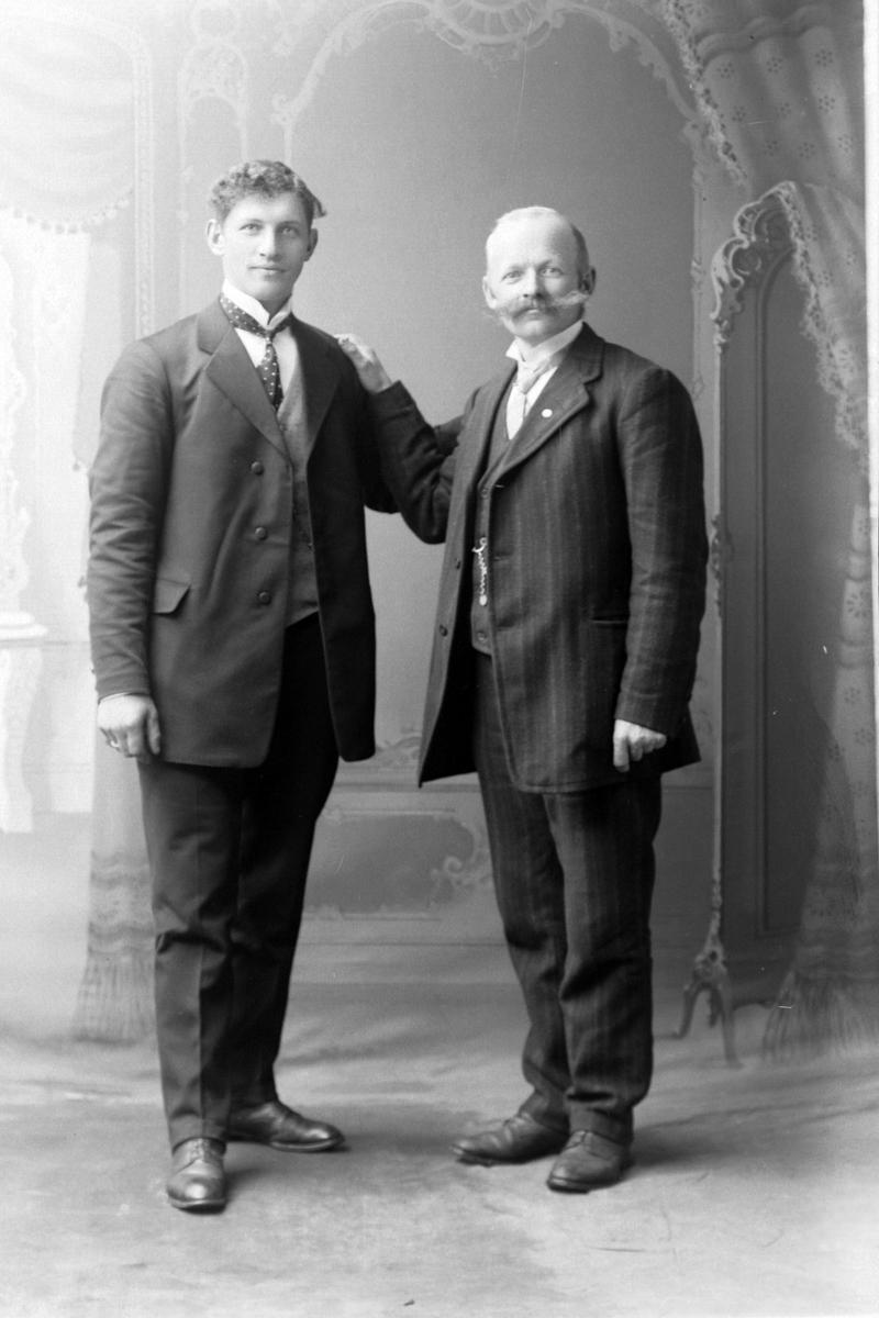 Studioportrett av Nikolai Andreas Johnsen og Nikolai Andreas Mathisen.