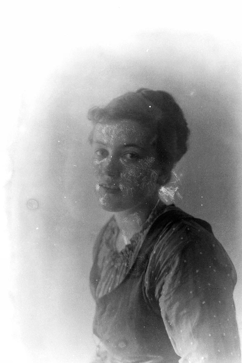 Studioportrett av en kvinne i halvfigur, muligens Ranveig Berg.