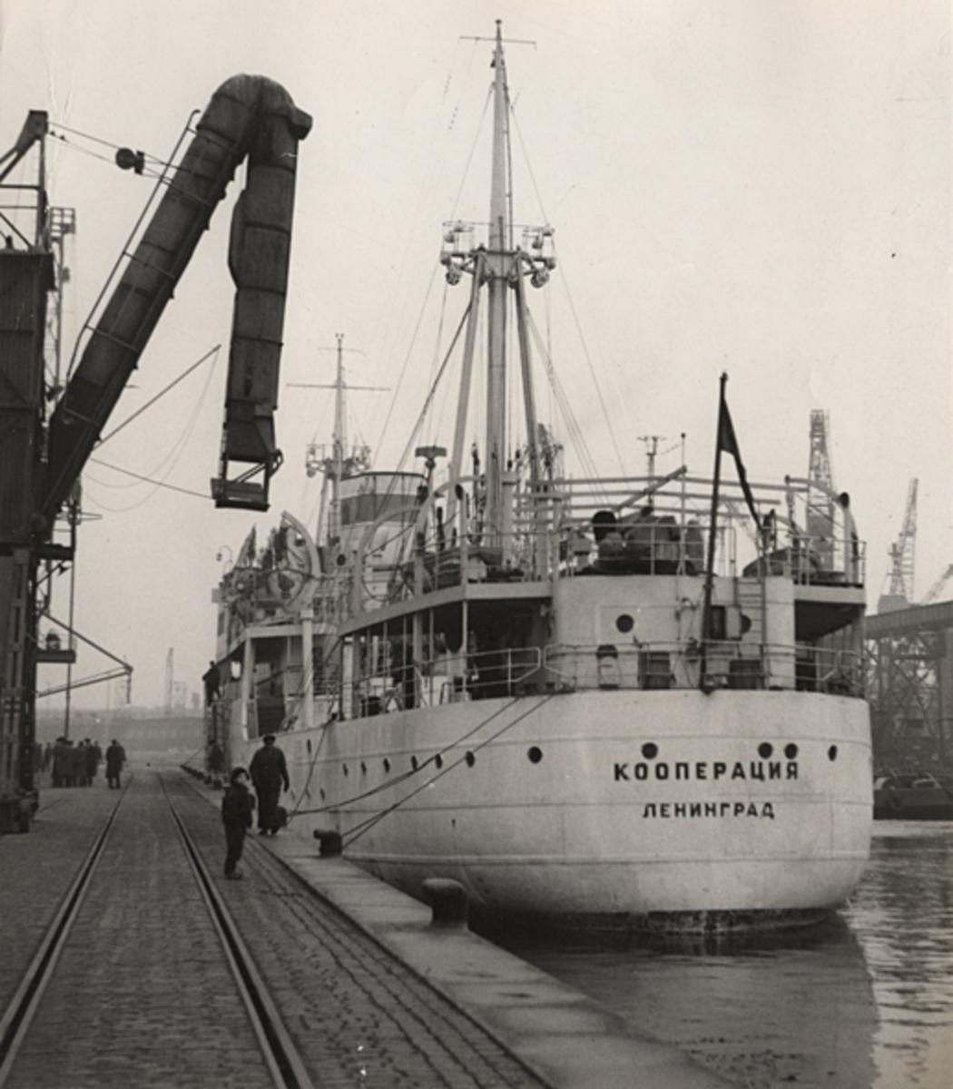 Det ryska lastångfartyget COOPERATZIA i Malmö hamn 1953.