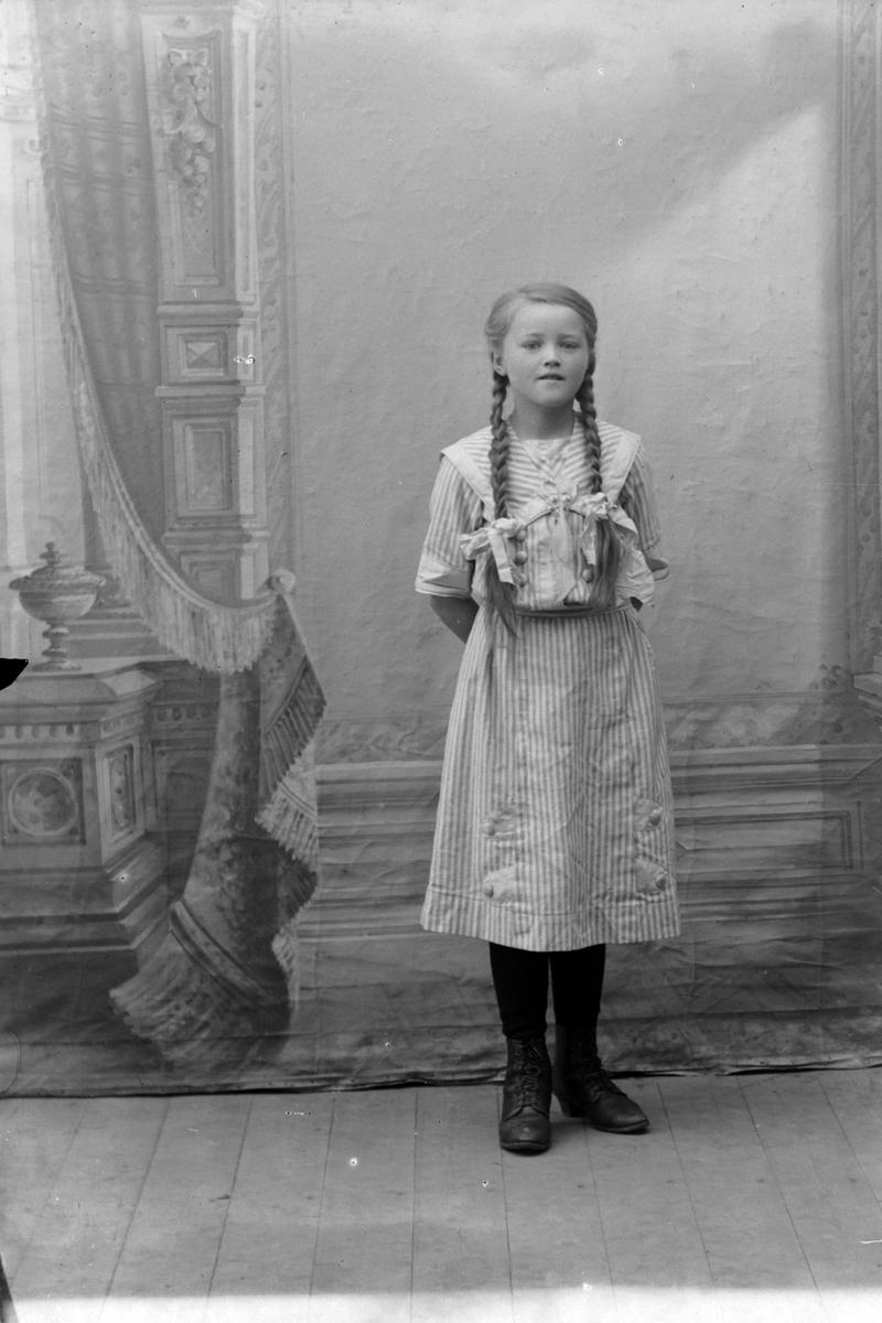 Studioportrett i helfigur av Elida Aasebøstøl.
