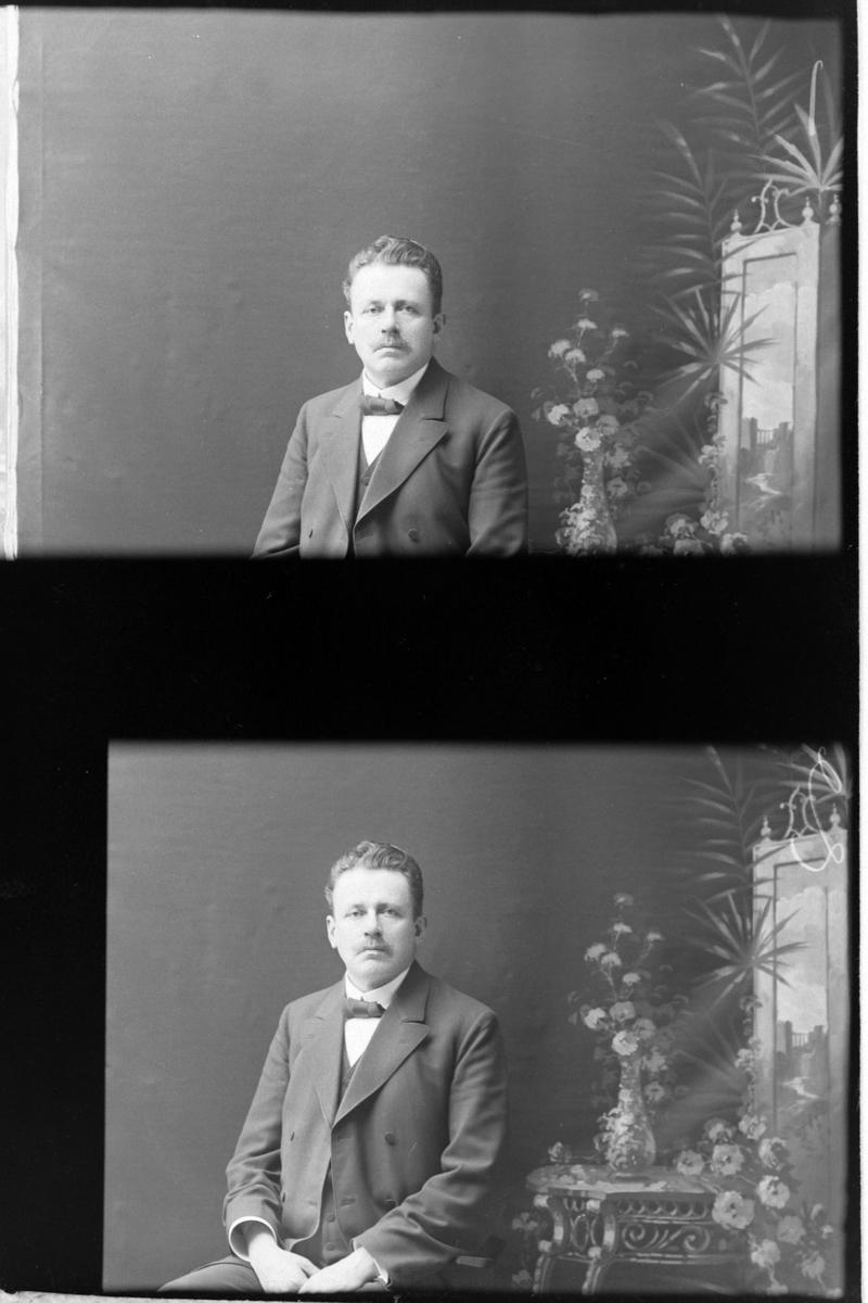 To studioportretter på samme glassplate: begge viser samme mann som sitter på en stol.