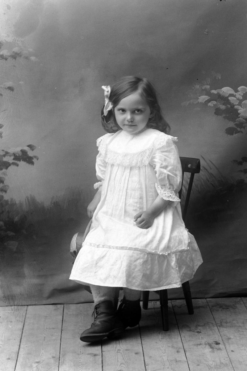 Studioportrett av en ung Kristine Anina Agot Olsen i helfigur.