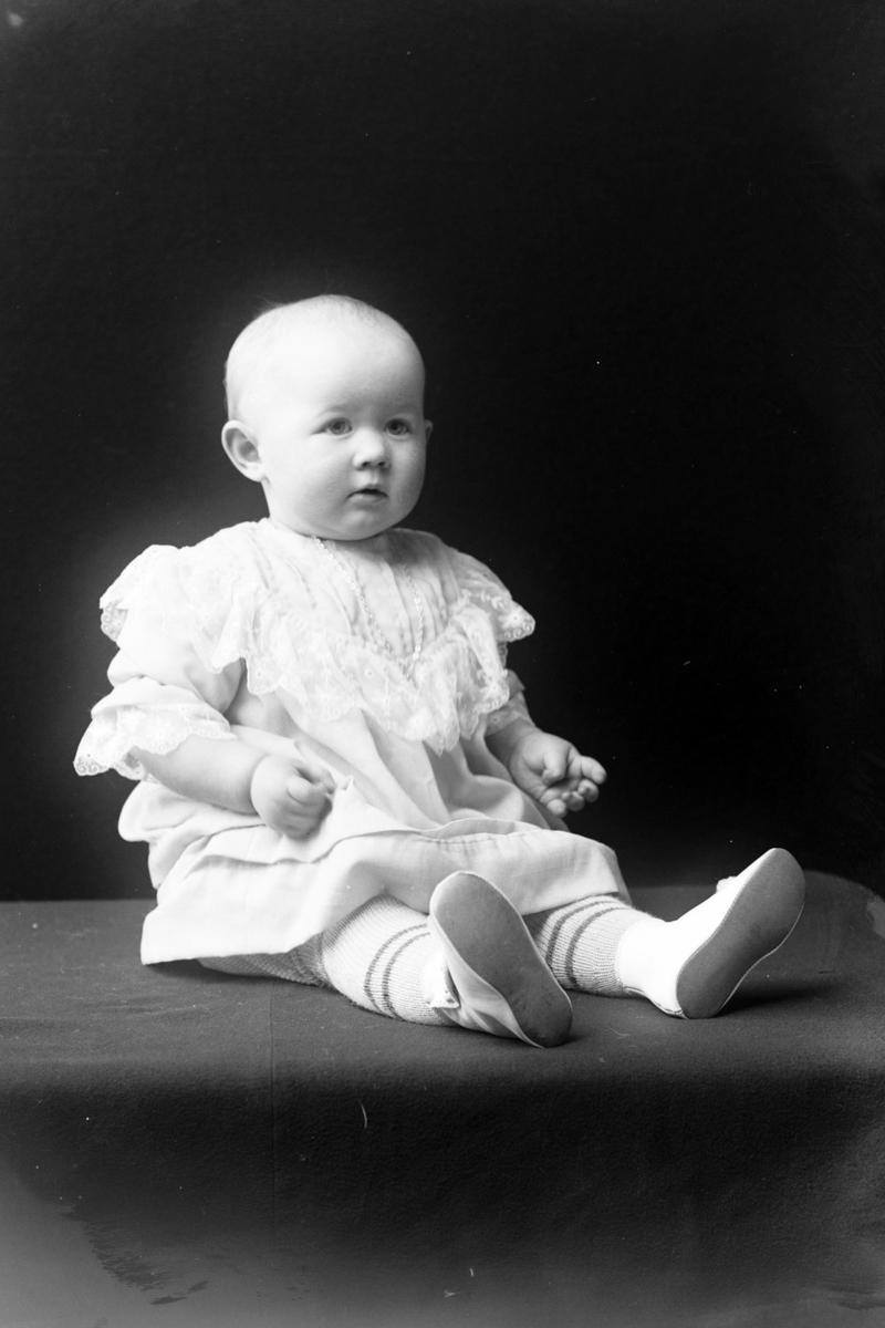 Studioportrett i helfigur av et barn, trolig Synnøve Schwer.