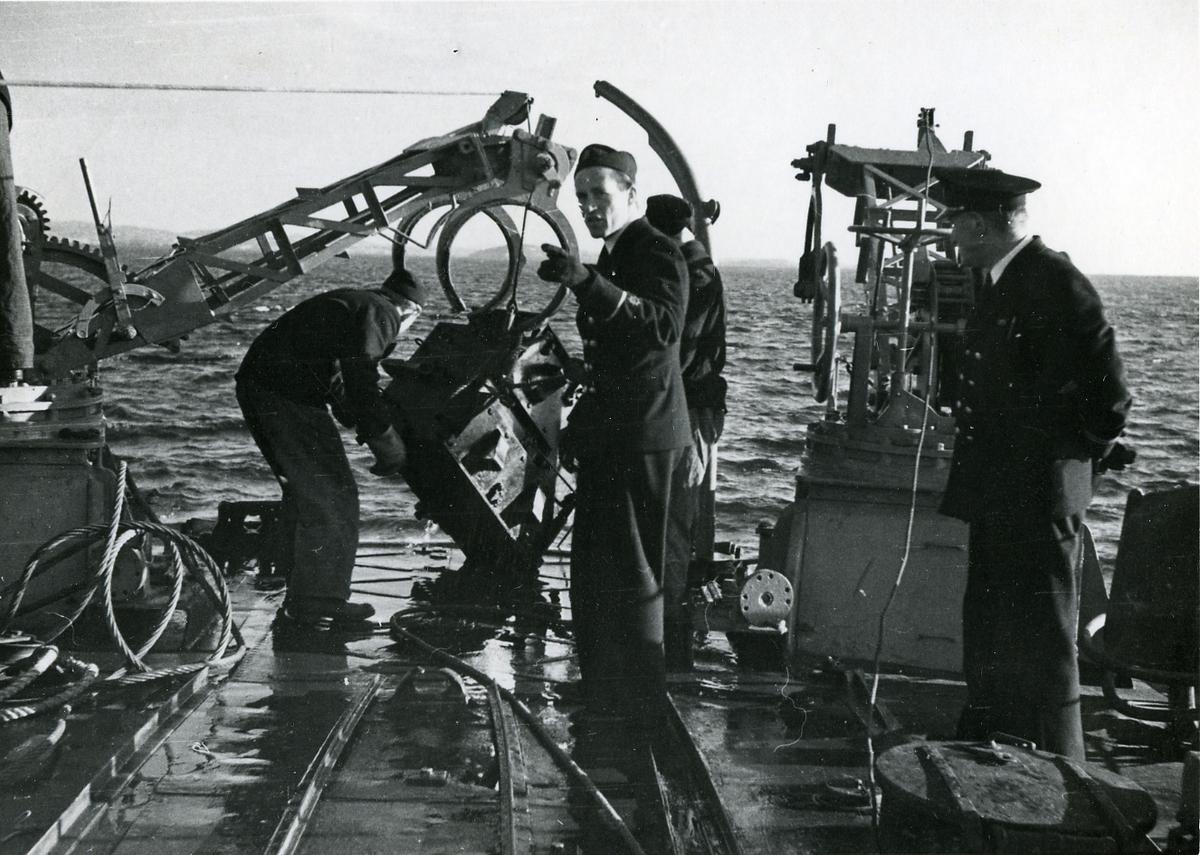 Msvp Koster under minsvepning, ankaret tas ombord.