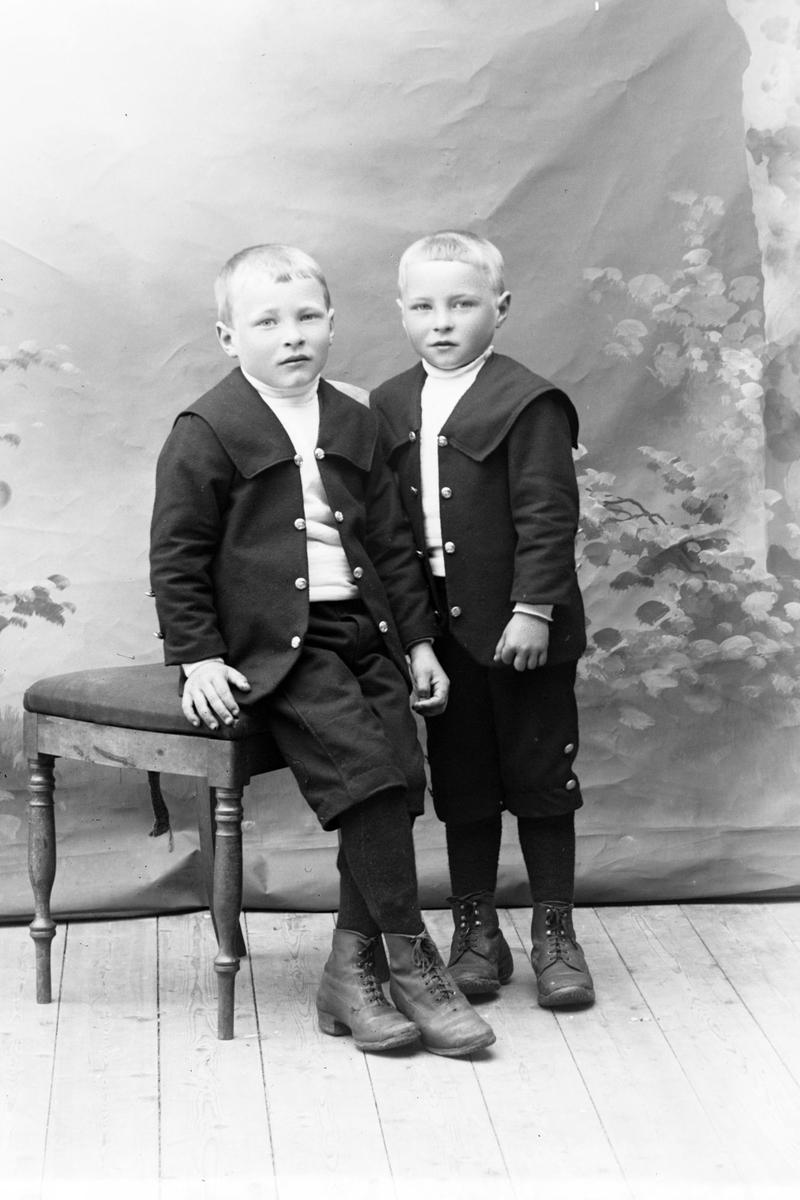 Studioportrett i helfigur av brødrene Ellefsen.