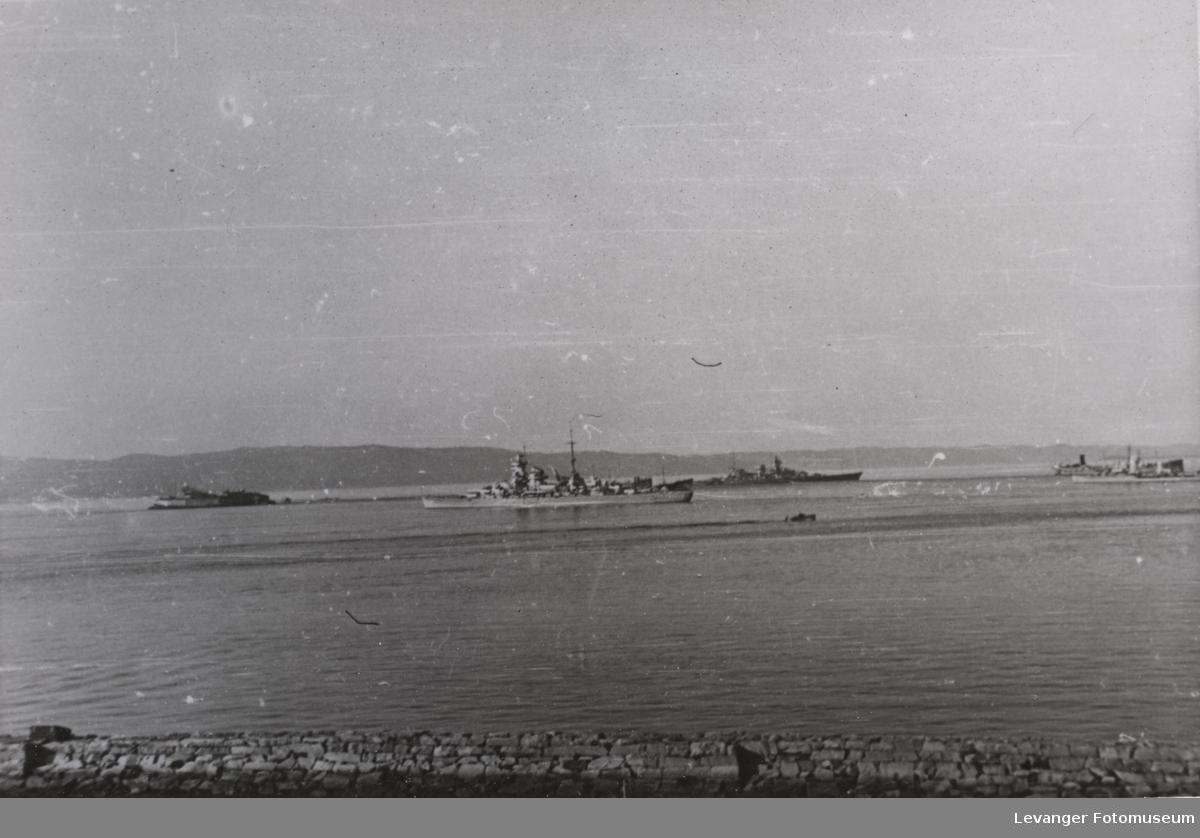 Krysseren Admiral Hipper og slagskipet Scharnhorst i bakgrunnen.