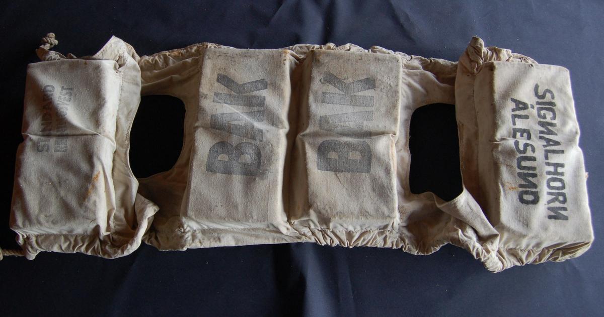 Vesten er av seildukslignande stoff, der flyteposane er fylt med kork. Mellom dei 4 posane er der to hull til å træ armane gjennom, og lisser til å knyte den fast med foran på brystet.