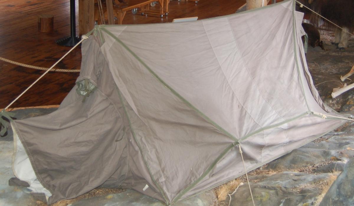 Hustelt med strekkbarduner i begge ender, og til sides. Inngangen er tunnelformet for å være mest mulig vindtett.