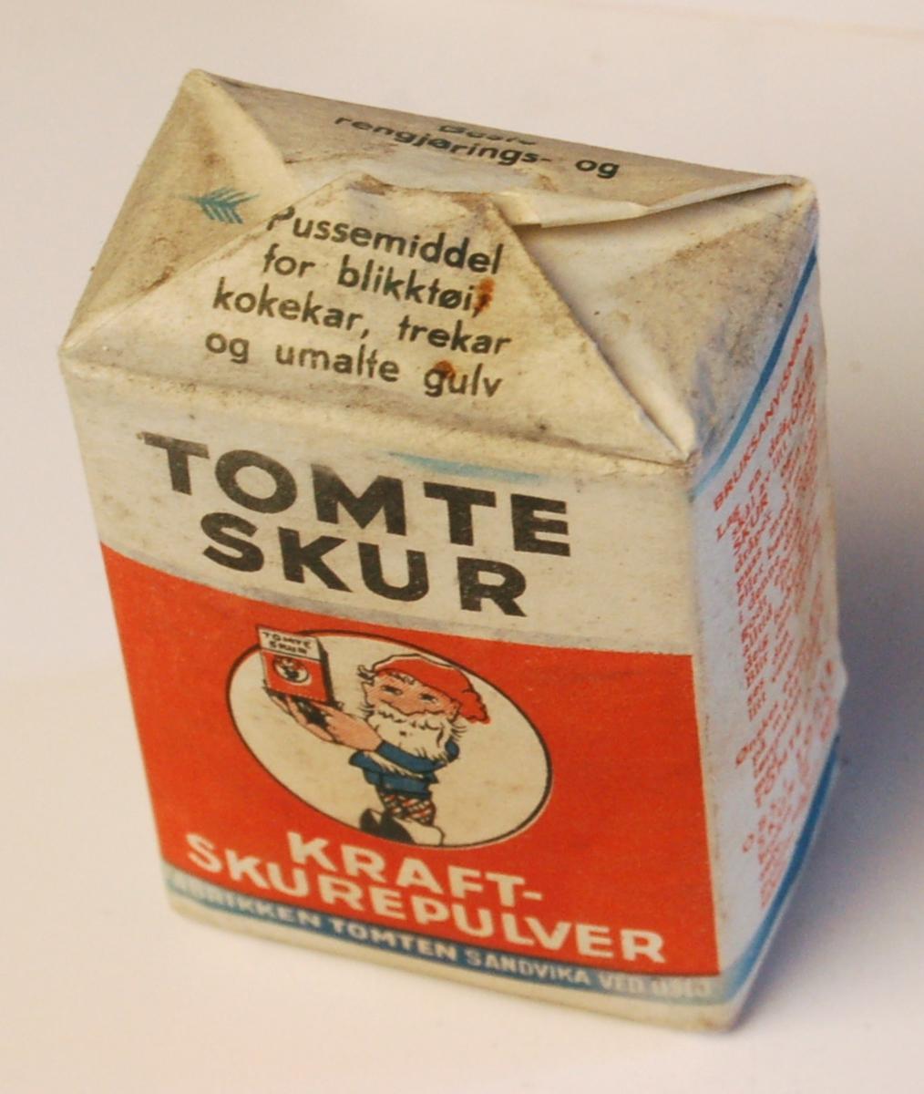 Nisse i tresko med skurepulverpakke i hendene