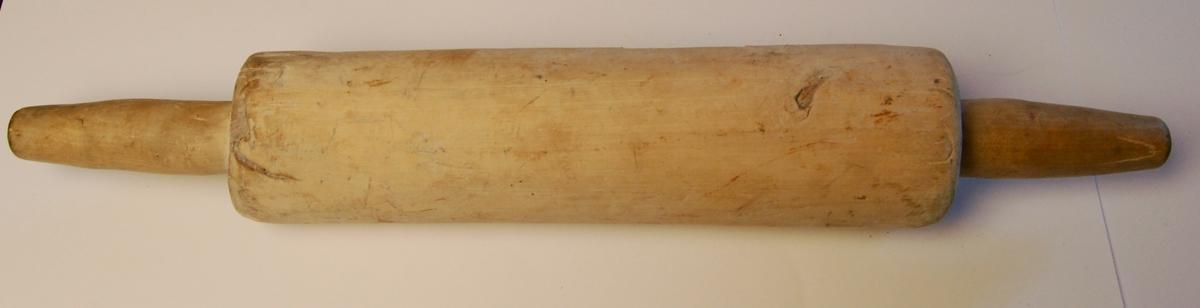 Kjevlet har en sylindrisk rørform med eit handtak i begge ender.