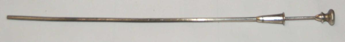 Instrumentet består av to deler, og er et langt tynt spist rør med ei løs innvendig nål til blærestikk ved stanset urinlating. Striktur.