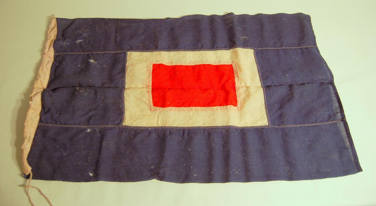"""Gjenstanden er et signalflagg i fargene Blå, Kvit, Rød, og som symboliserer bokstaven """"W""""."""