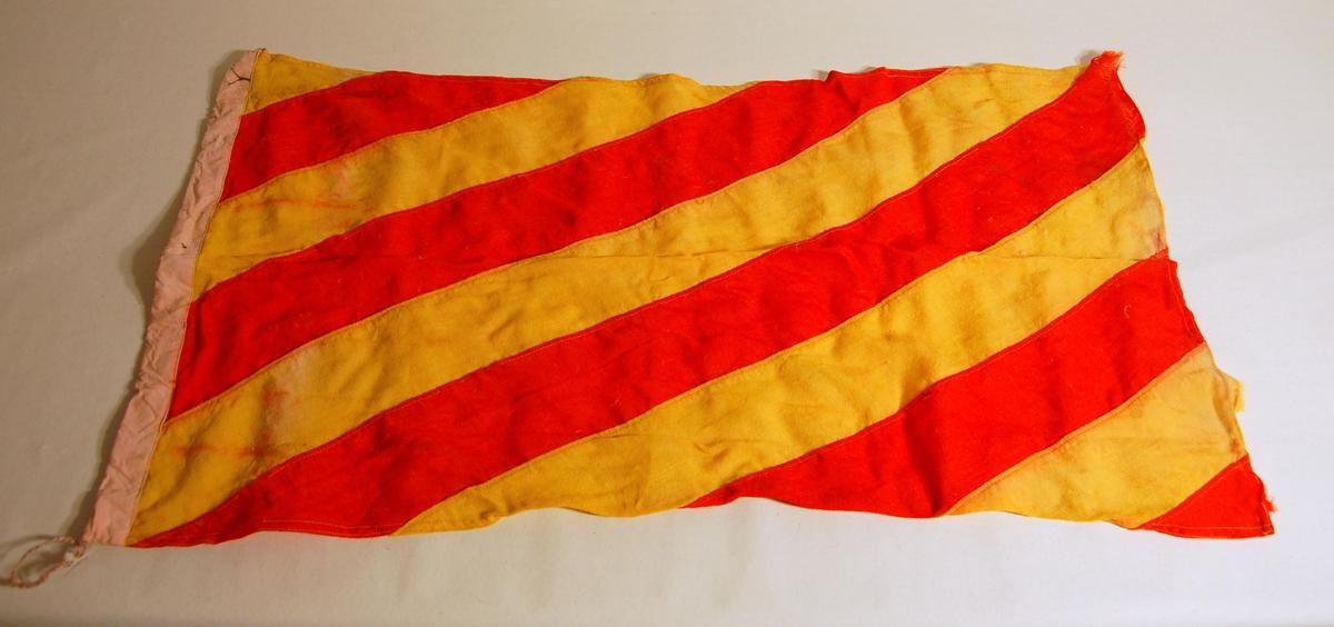 """Gjenstanden er et signalflagg i fargene Rød, Gul, og som symboliserer bokstaven """"Y""""."""
