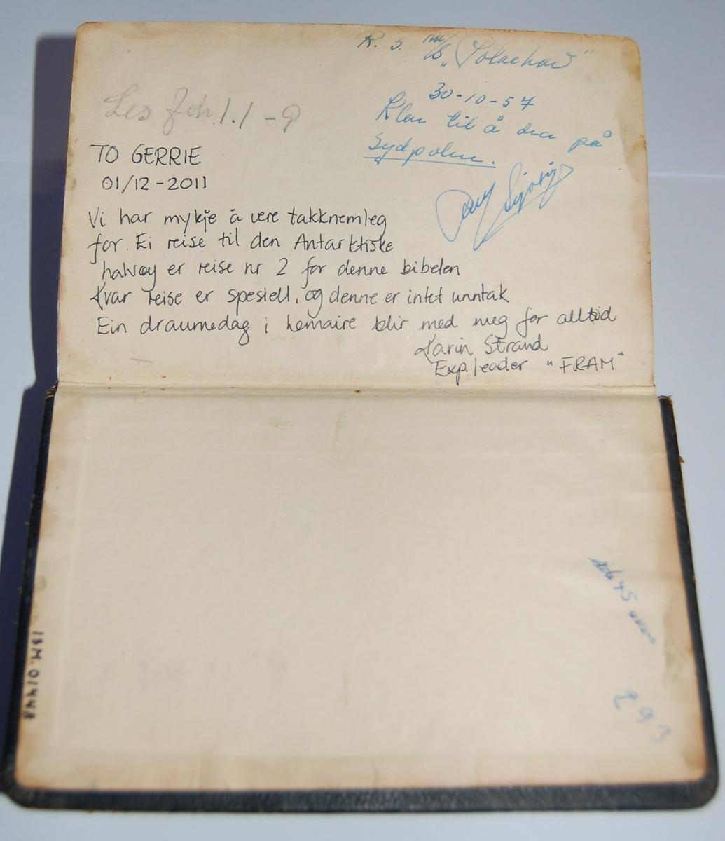 Bibelen er i bokform med omslag i stivt papp. Den er trykket på Grøndahls & Søns Boktrykkeri, Oslo i 1953, og er en revidert oversettelse av 1930.