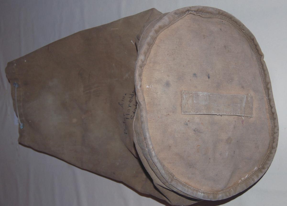 Sekken er rund i botnen, og i toppen av sekken er det innslått 8 kauser, med snøre tredt gjennom til gjensnøring av sekken.