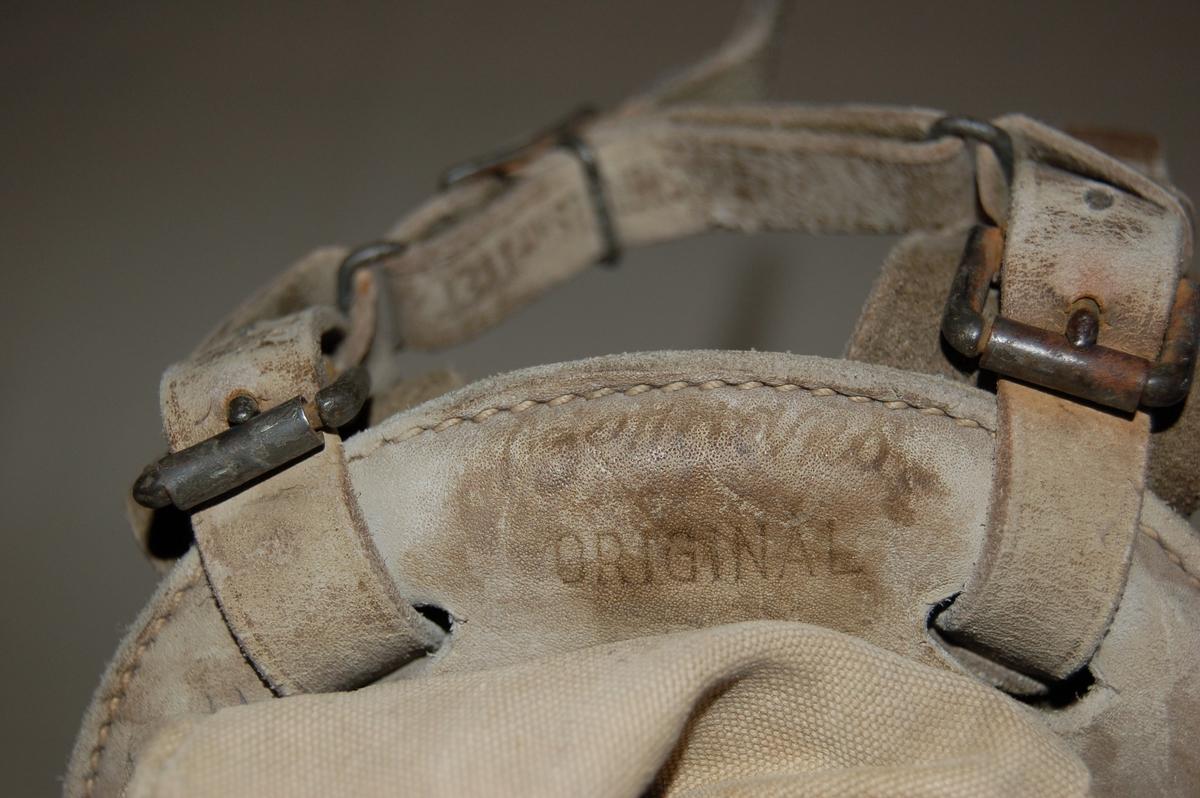 """Tradisjonell """"Bergans"""" beremeis, sekk sydd av seilduk med berestropper av skinn."""