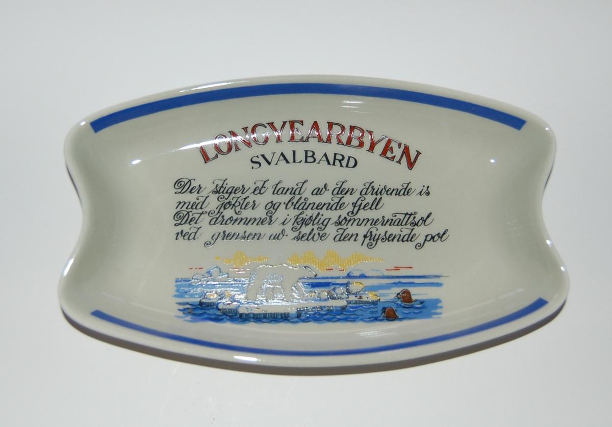 Utsmykka souvenirfat i glassert porselen. Motiv: Isbjørn på isflak. Tekst: Longyearbyen - Svalbard.