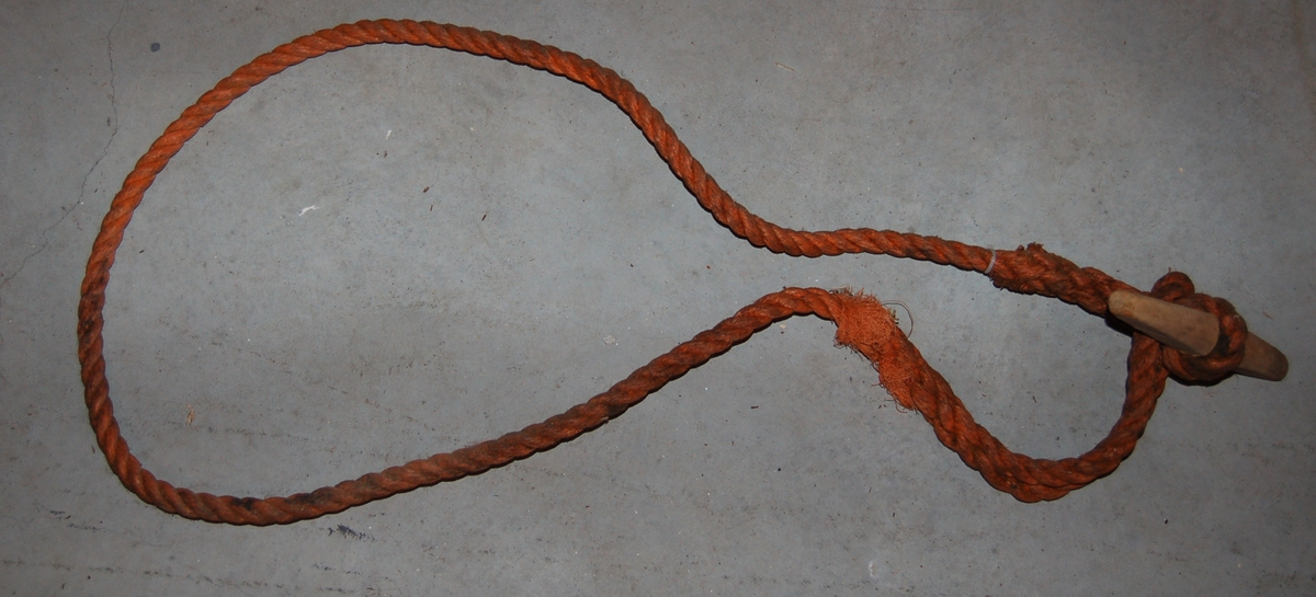 Sjølve knebelen er eit ovalt avrunda trestykke med en forsenkning på midten. Til knebelen er det fastspleiset en taustropp på ca. 2 meter. I den andre enden av stroppen er det spleiset et øye til å træ knebelen igjennom.