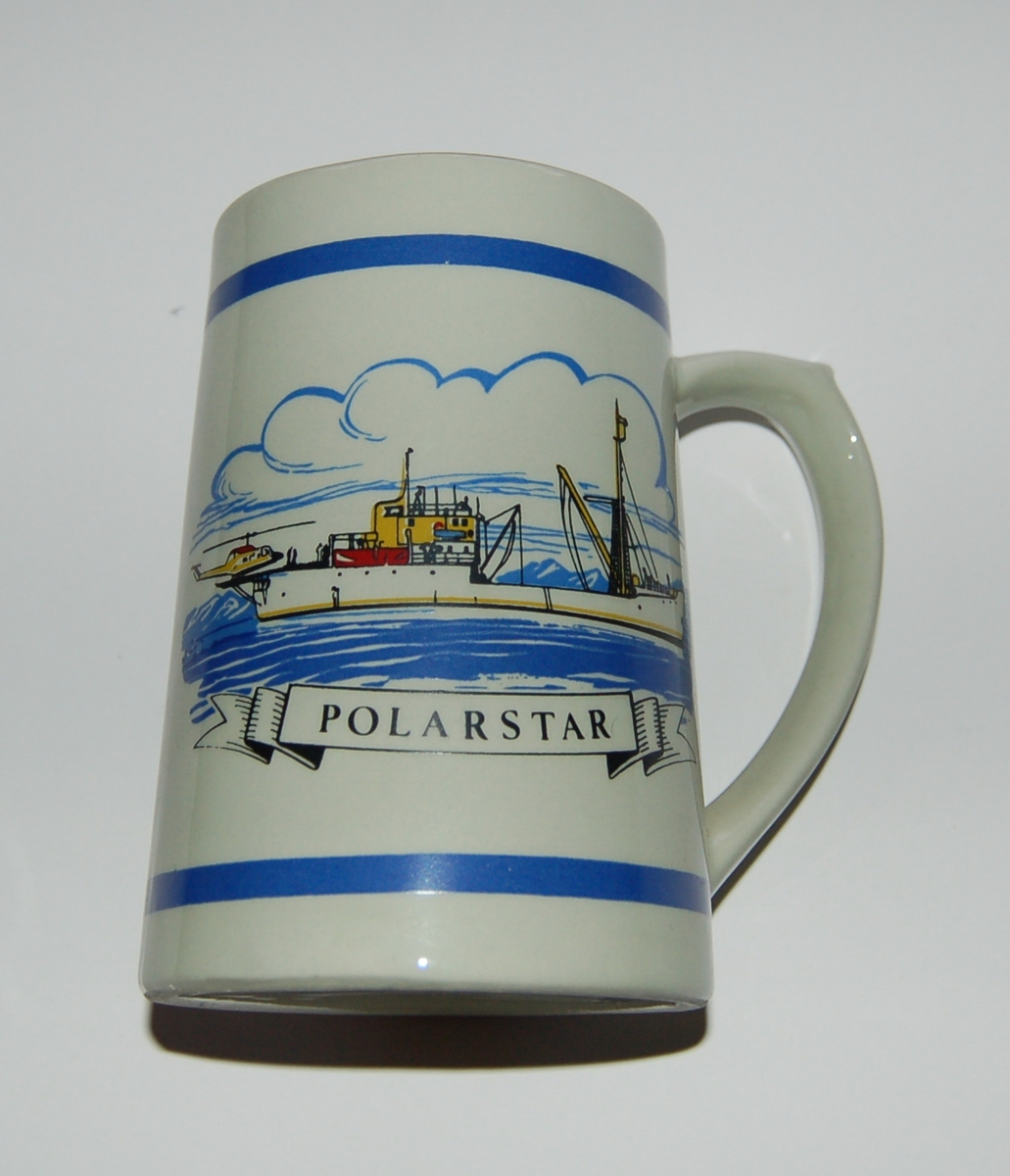 "Utsmykka prismeforma suvenirkrus i glassert porselen. Motiv: M/S ""Polarstar"". Norsk Flagg - Rederiflagg. Tekst: Polarstar"