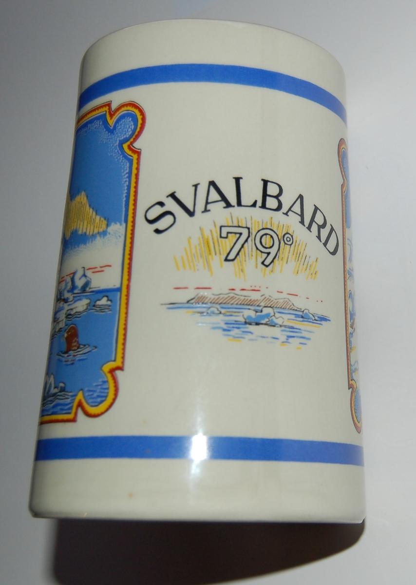 Utsmykka kjegleformet souvenirkrus i glassert porselen. Motiv: Hundespann. Isbjørn. Tekst: SVALBARD 79 Grader