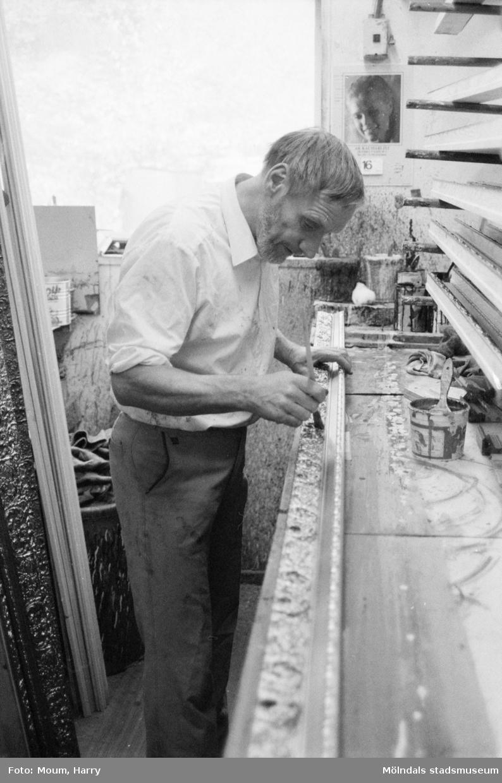 """Fotografi från Kållereds Ramlist, år 1984. """"Rolf Beckman ser till att förgyllningen är 100-procentig.""""  För mer information om bilden se under tilläggsinformation."""