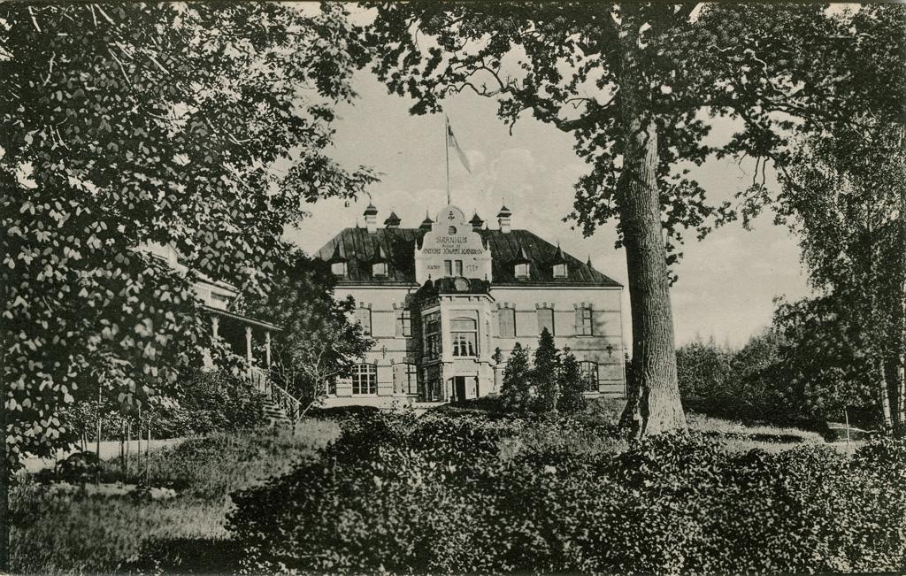 """Text till bilden: """"Uddevalla. Gustafsberg. Barnhuset""""."""