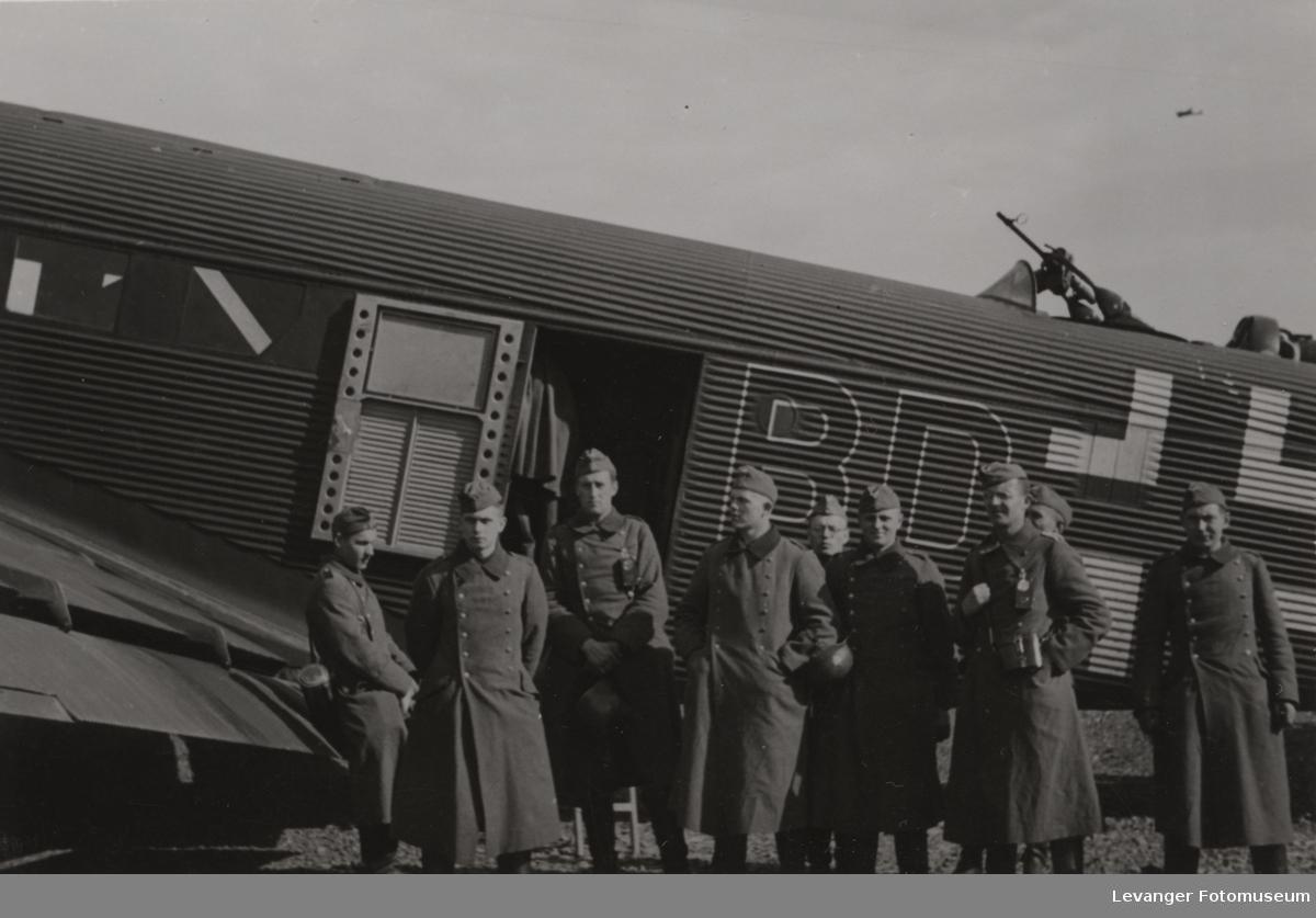 Tysk flymannskap før ombordstigning på en Junkers 52.